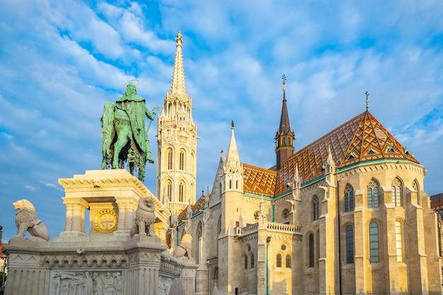 Église matthias dans la ville de budapest, hongrie Photo Premium