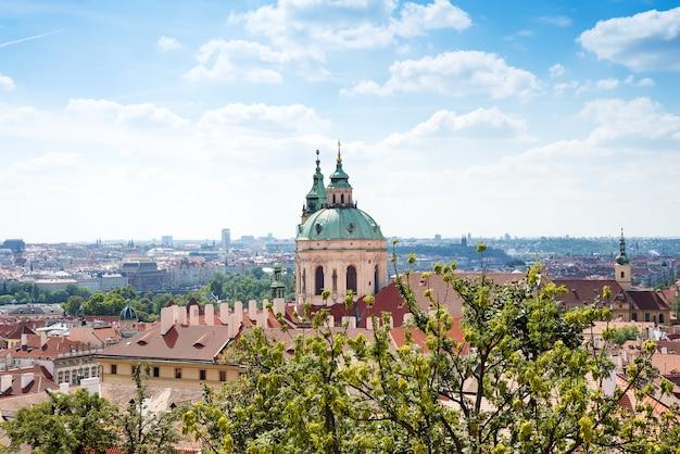 Église saint-nicolas de mala strana et le toit rouge est la vue principale du château de prague en république tchèque Photo Premium