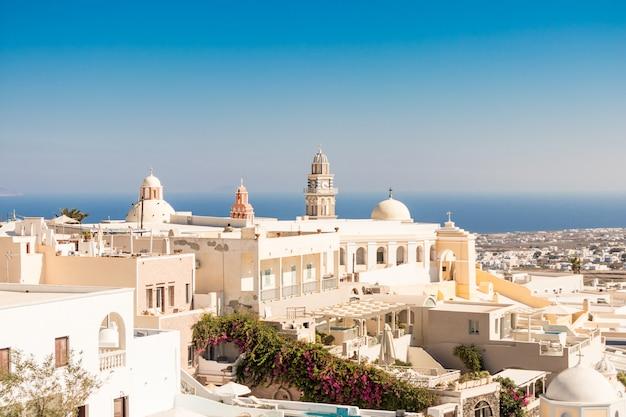 Église typique de santorin en grèce dans les cyclades Photo Premium
