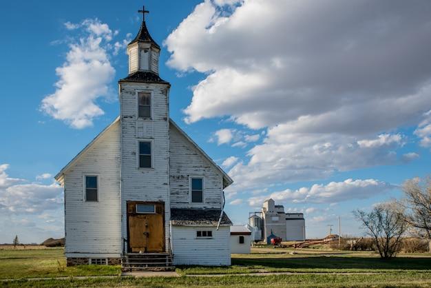 L'église Unie Abandonnée Platon Avec L'élévateur à Grains Platon à Platon, Saskatchewan, Canada Photo Premium