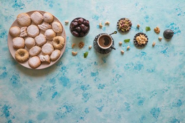 Eid Muslim Sweet Kahk. Douceurs Arabes Pour Le Ramadan Et L'ied. Photo Premium