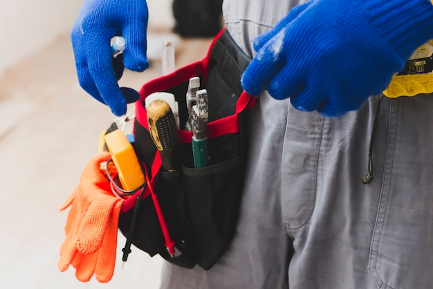 Électricien avec des outils sur la ceinture