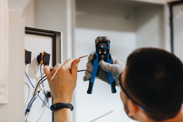 Électricien travaillant sur panneau électrique Photo Premium