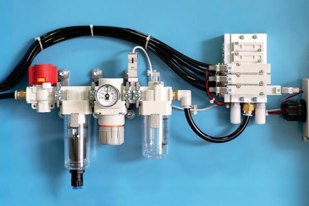 Electrovanne industrielle avec machine à canalisation pneumatique. vanne de contrôle par équipement électrique Photo Premium