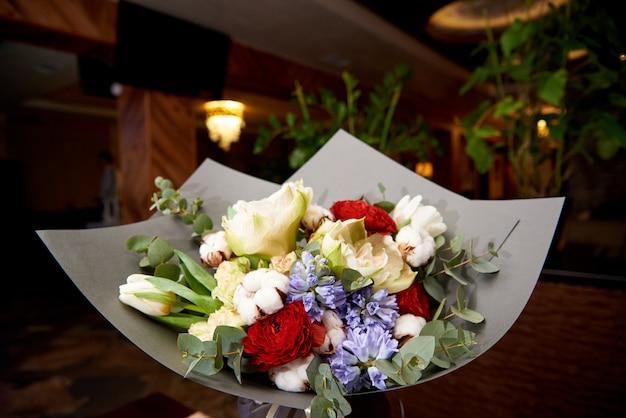Un élégant Bouquet De Fleurs Dans La Salle De Restaurant. Photo Premium