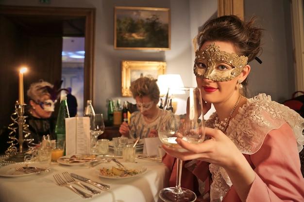 Élégant dîner en mascarade Photo Premium
