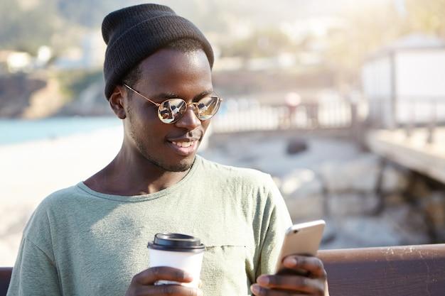 Élégant Jeune Homme à La Plage Photo gratuit