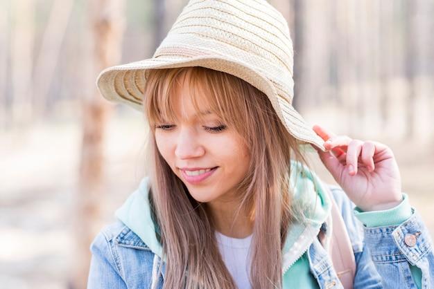 Élégante belle jeune femme portant chapeau Photo gratuit