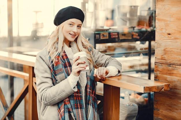 Élégante blonde mignonne dans une ville d'automne Photo gratuit