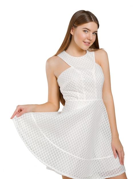 Élégante dame blonde vêtue d'une robe blanche Photo Premium