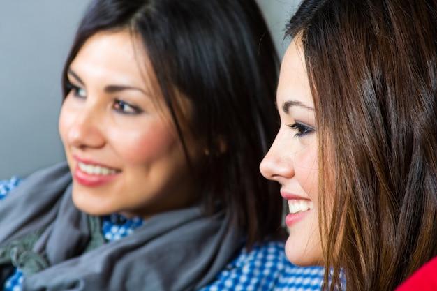 Elegante diversion dos amigos latina Photo Premium