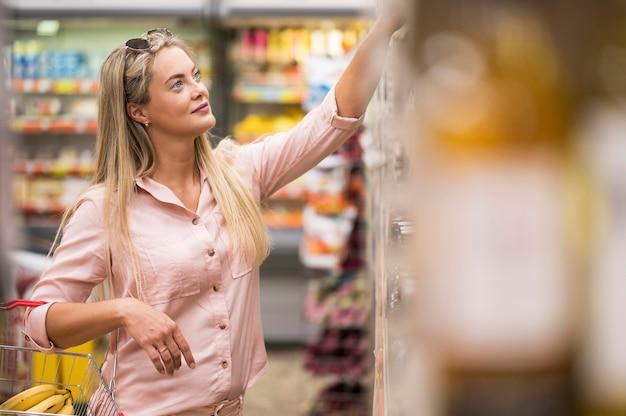 Élégante Femme Adulte Portant Panier Photo Premium