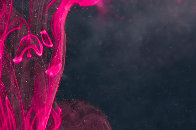 Élégante fumée violette sur écran noir Photo gratuit