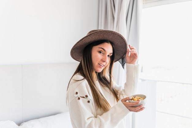 Élégante, jeune femme, porter, chapeau, tenue, bol, de, salade fruits Photo gratuit