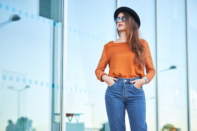 Élégante jeune femme Photo Premium