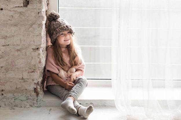 Élégante petite fille à la recherche de suite Photo gratuit