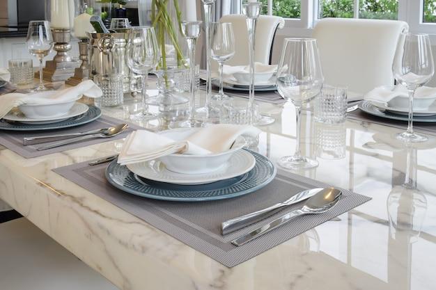 Élégante Table Dressée à L'intérieur D'une Salle à Manger De Style Vintage Photo Premium