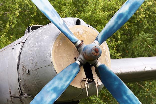 Éléments d'un ancien avion militaire soviétique Photo Premium