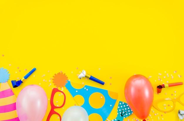 Éléments D'anniversaire Décoratifs Colorés Photo gratuit