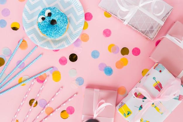 Éléments d'anniversaire vue de dessus avec des confettis Photo gratuit