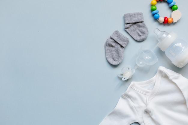 Éléments de bébé sur fond bleu clair Photo gratuit