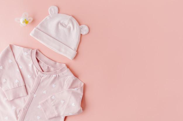 Éléments bébé sur rose Photo gratuit