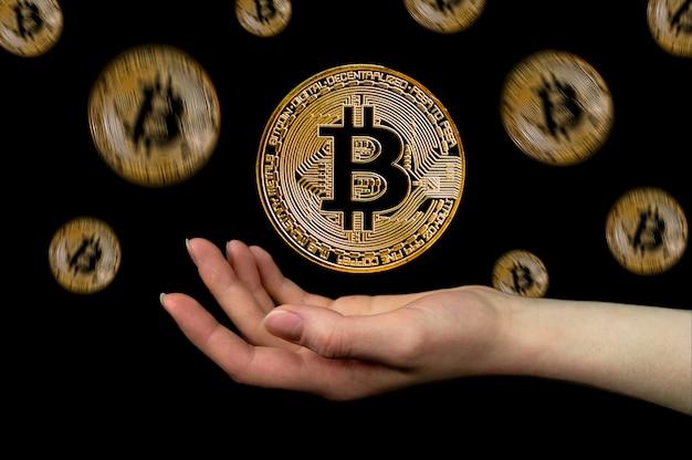 Les éléments De La Crypto-monnaie Bitcoin Tombent Dans La Main Photo Premium