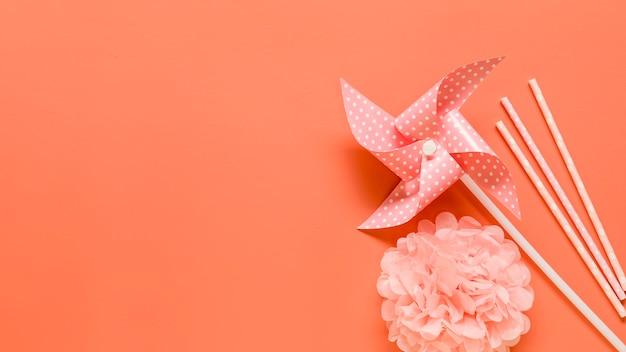 Éléments décoratifs sur surface rose Photo gratuit