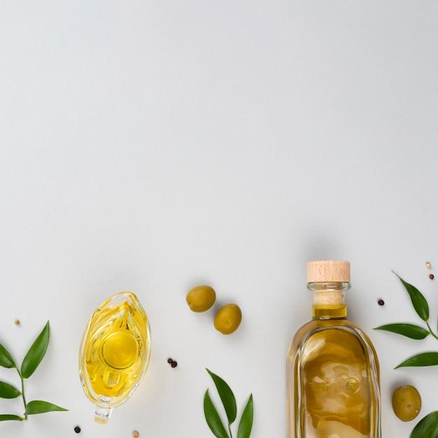 Éléments d'huile d'olive avec espace de copie Photo gratuit