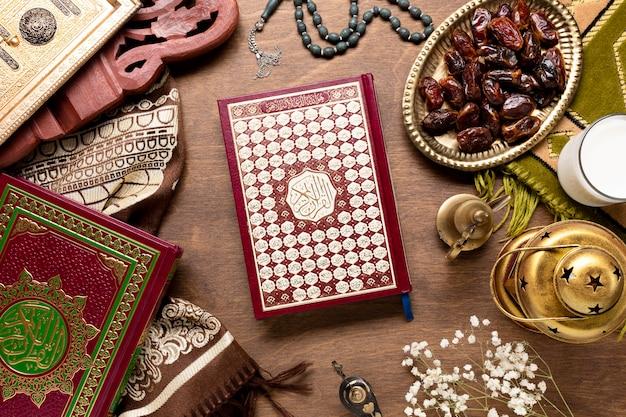 Éléments islamiques avec vue de dessus de coran Photo gratuit
