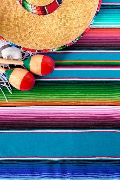 Éléments mexicains colorés sur le sol Photo gratuit