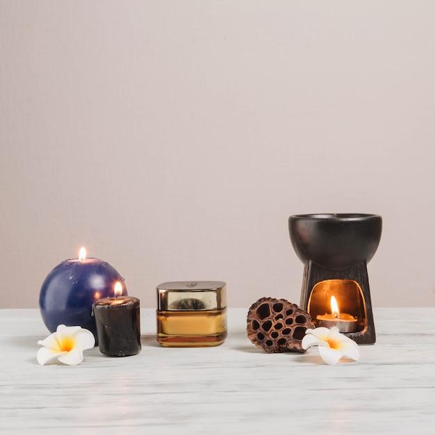 Éléments naturels pour spa avec des bougies Photo gratuit