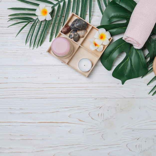 Éléments naturels pour spa avec des fleurs Photo gratuit