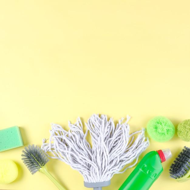 Éléments De Nettoyage Vives Sur Fond Jaune Photo gratuit