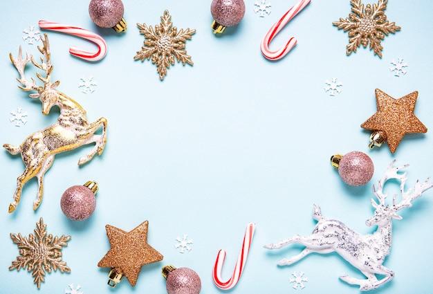 Éléments De Vacances De Noël Sur Bleu Photo Premium