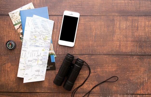 Éléments de voyage avec fond en bois Photo gratuit
