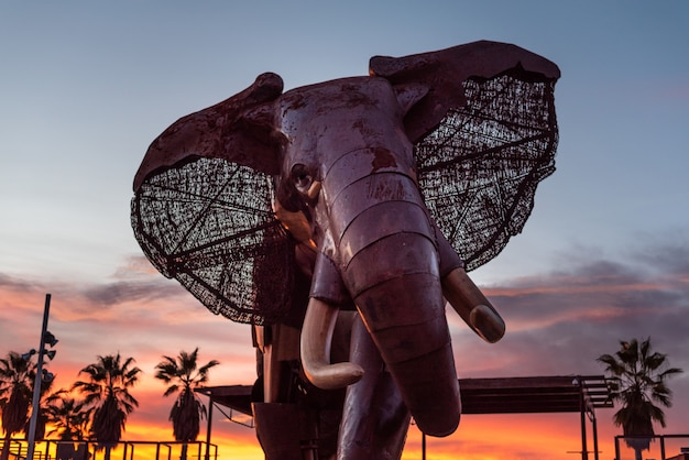 Éléphant géant en bois et métal à l'entrée du zoo de bioparc Photo Premium