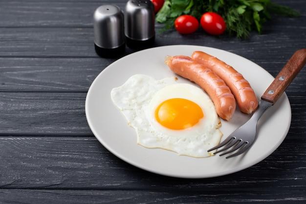 Élevé, Angle, Petit Déjeuner, Oeuf, Saucisses, Plaque, Tomates, Herbes Photo gratuit