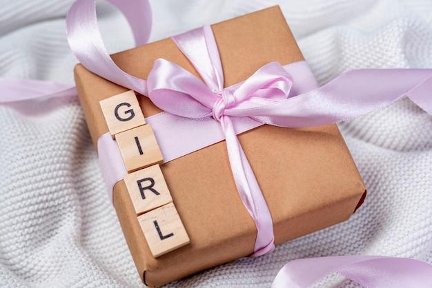 Élevé, Angle, Petite Fille, Présent, Boîte Photo gratuit