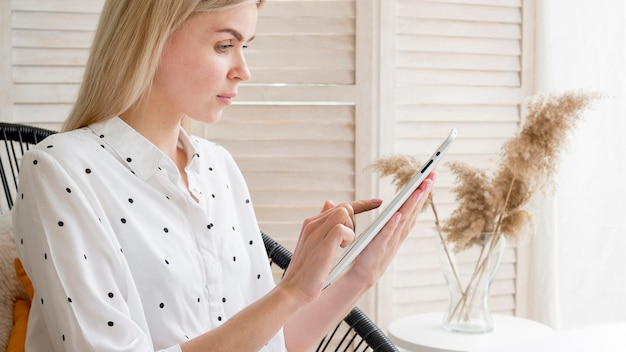 Élève De Cours à Distance En Ligne écrit Sur Tablette Photo gratuit