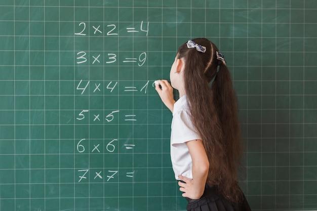 Eleve Faisant Des Exercices De Maths Sur Tableau Photo Gratuite