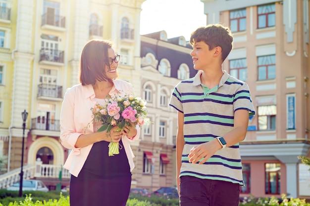 Un élève félicite son professeur avec un bouquet Photo Premium