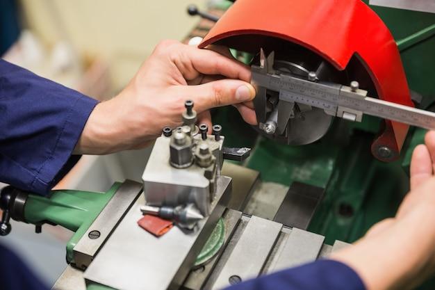 Élève ingénieur utilisant des machines lourdes Photo Premium