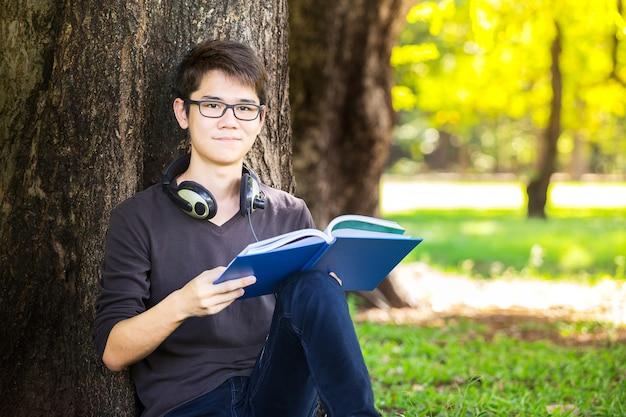 Élève intelligent lire un manuel et se détendre avec écouter la musique par e Photo Premium