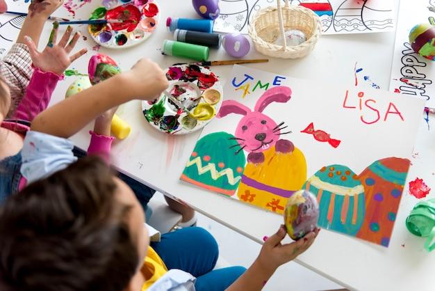 Elèves art classes peinture lapin de pâques imagination apprentissage Photo Premium