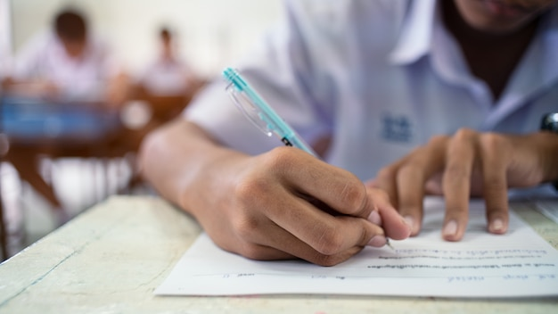 Les élèves De L'école Prenant La Réponse à L'examen En Classe Photo Premium