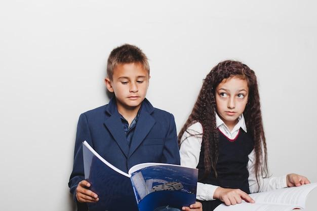 Les élèves qui lisent des livres Photo gratuit