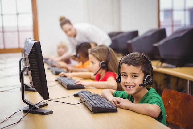 Élèves utilisant des ordinateurs dans la salle de classe Photo Premium