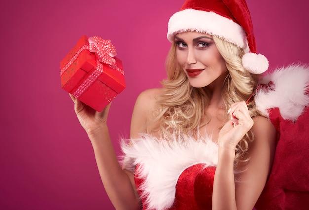 Elle A Un Cadeau Pour Quelqu'un Photo gratuit