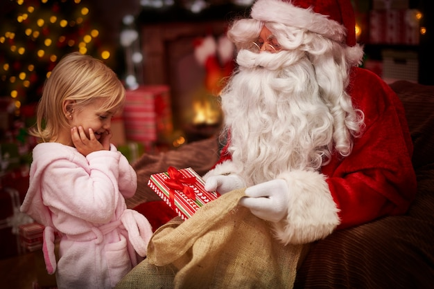 Elle Est Tellement Excitée Le Nouveau Cadeau De Noël Photo gratuit